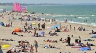 令法国人欣慰的是法国超过意大利,西班牙成为欧洲游客的暑假首选国家。