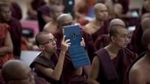 Conférence de moines bouddhistes birmans à Rangoon, le 13 juin 2013. Ils ont lancé un appel à la paix sans pour autant condamner explicitement les violences contre les musulmans.