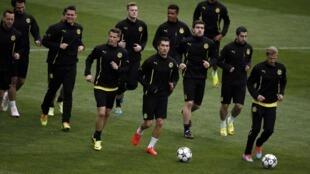 Wachezaji wa klabu ya  Borussia Dortmund wakiwa katika mazoezi katika uwanja wa Santiago Bernabeu stadium mjini Madrid