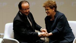 O presidentefrancês Francois Hollande cumprimenta a presidente Dilma Rousseff em encontro na Fiesp.