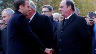 Эмманюэль Макрон и Франсуа Олланд во время церемонии у стадиона Stade de France. 13.11.2017