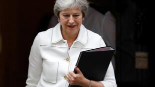 Theresa May sortant du 10 Downing street le lundi 15 octobre 2018.