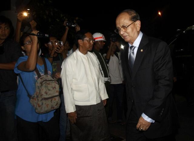 Tổng thống Miến Điện Thein Sein (phải) tại sân bay quốc tế Yangon bắt đầu chuyến công du sang Mỹ.