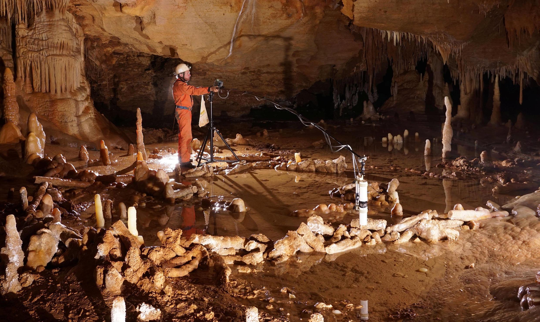 Un scientifique prend des mesures dans la grotte de Bruniquel, sud-est de la France.