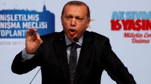 Le president turc Recep Tayyip Erdogan s'exprime au cours d'un meeting sur le rôle de son parti, AK Party (AKP) à Istanbul en Turquie, le 20  Août 2017.
