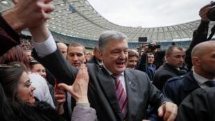 Petro Porochenko au milieu de ses partisans entre les deux tours, le 14 avril 2019.