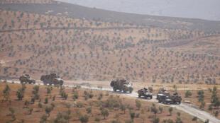 وسایل نقلیه نظامی زره پوش ترکیه، در ریحانلی خط مرزی ترکیه-سوریه گشت زنی میکنند. یکشنبه ۱۶ مهر/ ٨ اکتبر ٢٠۱٧