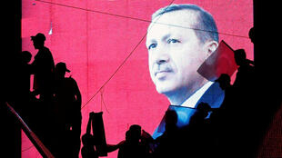 Une affiche du président Tayyip Erdogan lors d'une manifestation pro-gouvernementale à Ankara, 17 juillet 2016.