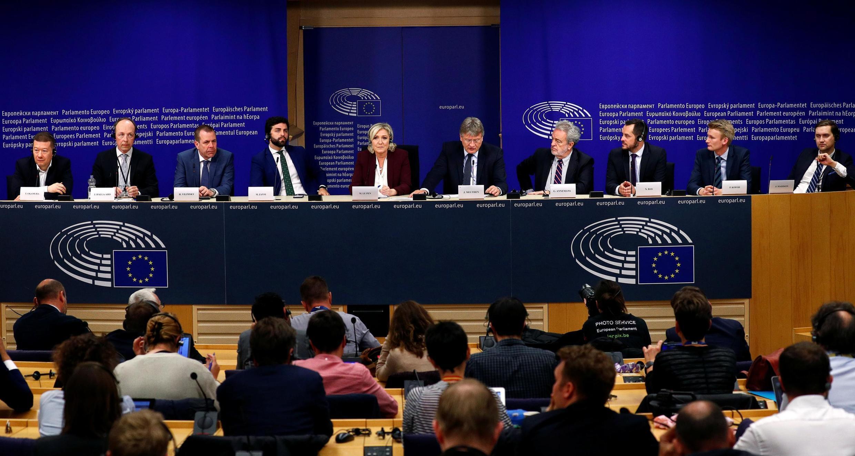 A francesa Marine Le Pen, líder do partido de extrema direita Reunião Nacional, fala durante coletiva do grupo Identidade e Democracia, em Bruxelas.