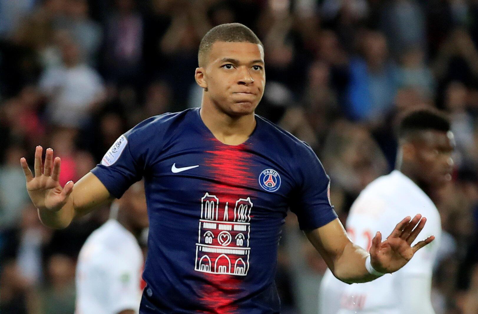 O atacante francês Mbappé comemora o primeiro gol do PSG contra o Mônaco.