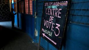 A l'entrée d'un bureau de vote à Kinshasa, le 29 décembre 2018.