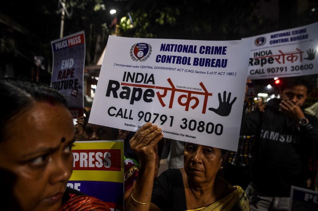 Image d'archive RFI : Manifestante brandissant une pancarte contre le viol à Calcutta, en décembre 2019.