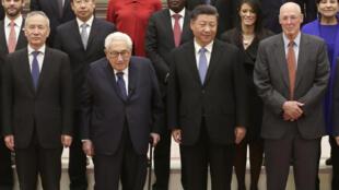 2019年11月22日,中国国家主席习近平在人民大会堂会见出现新经济论坛的美国前国务卿亨利·基辛格(左中)一行。