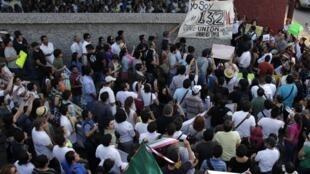 Au Mexique, un mouvement d'étudiants, « Yo soy 132 » («je suis 132») demande l'équilibre dans la couverture médiatique de la course à la présidentielle à Monterrey le 23 mai 2012.