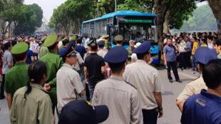 Xe công an câu lưu người biểu tình tại Hà Nội ngày 10/06/2018, chống dự luật về Đặc Khu.
