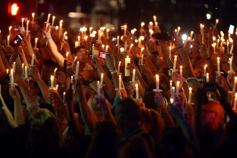 Milhares de pessoas se reuniram em 16 de agosto de 2017, véspera de 40 anos da morte do cantor Elvis presley, em sua antiga casa, Graceland, em Memphis, nos Estados Unidos.
