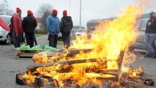 Des grévistes bloquent l'accès à des entreprises prestataires de l'aéroport de Bruxelles, le 15 décembre 2014.