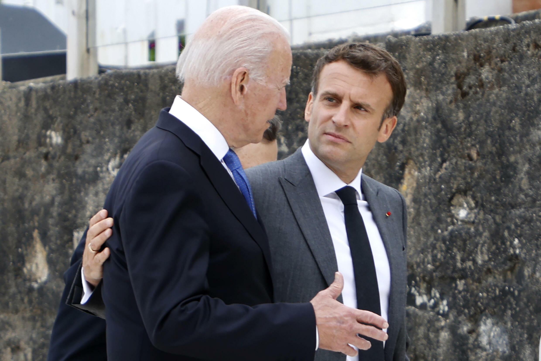 Les présidents américain Joe Biden et français Emmanuel Macron le 11 juin 2021 au sommet du G7 à Carbis Bay, en Cornouailles