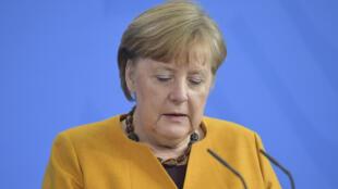 """A chanceler alemã Angela Merkel tinha anulado todas as festividades para a Semana Santa mas, diante da pressão, voltou atrás e pediu perdão à população pelo que considerou ser seu """"erro""""."""