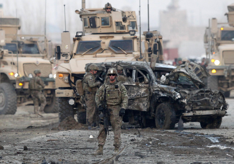 Des militaires américains sur les lieux d'un l'attentat à la voiture piégée à Kaboul, le 10 février 2014.