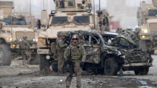 Les militaires américains sur le lieu de l'attentat à la voiture piégée à Kaboul, le 10 février 2014.