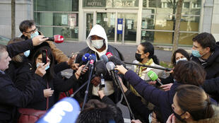 El productor musical, Michel Zecler, víctima de la violencia policial, responde a los medios de comunicación, antes de acudir a la Inspección General de la Policía Nacional, en París, el jueves 26 de noviembre de 2020. El Ministro del Interior francés Gerald Darmanin ordenó la suspensión de varios policías parisinos tras la publicación de vídeos en los que se les mostraba golpeando a Michel Zecler y utilizando gas lacrimógeno contra él sin motivo aparente.