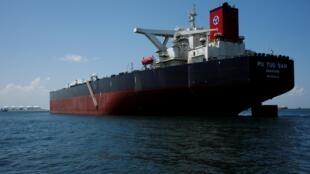 Une vue du supertanker Pu Tuo San du courtier pétrolier Hin Leong, au large de l'île de Jurong à Singapour.