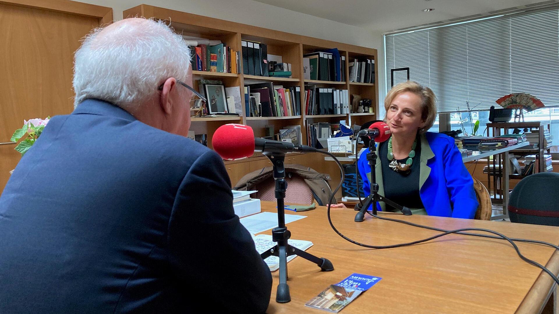 Sophie Makariou, présidente du Musée Guimet répond à Pierre-Édouard Deldique, lors de l'enregistrement de l'émission Idées.
