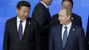Le président chinois Xi Jinping et son homologue russe Vladimir Poutine, au sommet des Brics de Oufa, le 9 juillet 2015.