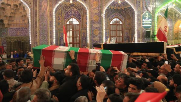 Une cérémonie d'hommage à Mehdi al-Mouhandis, à Qassem Soleimani et aux huit autres personnes tuées par les frappes américaines à l'aéroport de Bagdad, a eu lieu au mausolée de l'imam Hussein à Kerbala, le 4 janvier 2020.