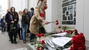 Москвичи несут цветы и свечи к посольству Бельгии в РФ