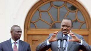 Rais wa Kenya Uhuru Kenyatta na makamu wake William Ruto katika mkutano wa waandishi wa habari mjini Nairobi, Julai 21 mwaka 2015.