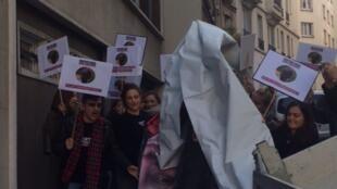 Une pétition a été déposée devant l'ambassade du Burundi à Paris pour demander une enquête indépendante sur la disparition du journaliste burundais Jean Bigirimana, le 28 octobre 2016.