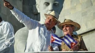 El presidente cubano Miguel Díaz-Canel (I) y el primer secretario del Partido Comunista Cubano, Raul Castro (D), el 1 de mayo de 2019, en La Habana
