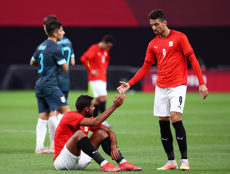 Les joueurs égyptiens Ahmed Yasser Rayan et Taher Mohamed après leur défaite contre l'Argentine au tournoi de football des Jeux olympiques de Tokyo, le 25 juillet.