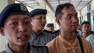 Swe Win, rédacteur en chef de l'agence de presse Myanmar Now, escorté le 31 juillet 2017, vers le tribunal par la police de Mandalay, dans le centre du pays. Il a été interpellé la veille.