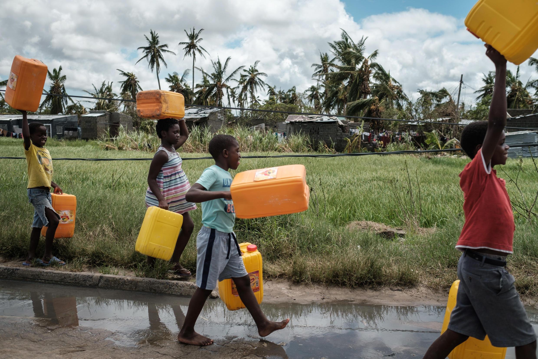 A Beira, au Mozambique, l'une des villes les plus touchées par le cyclone, la priorité est maintenant de trouver de l'eau et de la nourriture.
