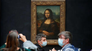 Turistas visitam o famoso quadro de Leonardo Da Vinci, a Monalisa, no museu do Louvre, em Paris, após a reabertura.