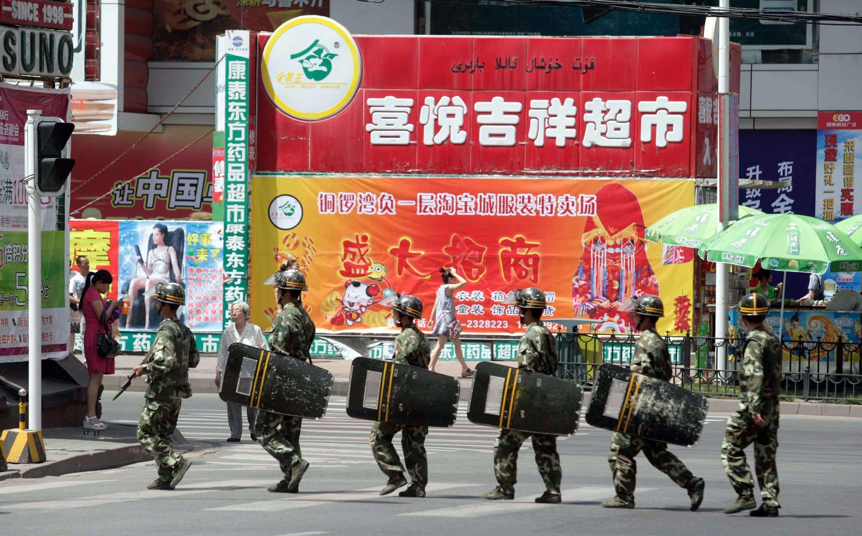 Lực lượng an ninh Trung Quốc tuần tra trên đường phố Urumqi, khu tự trị Tân Cương của người Duy Ngô Nhĩ ngày 3/7/2010.