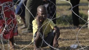 Un enfant attend une distribution de nourriture à Port-au-Prince.