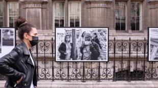 Vue de l'exposition « Parisiennes » de Nikos Aliagas sur les grilles de l'Hôtel de Ville de Paris.  © Siegfried Forster / RFI