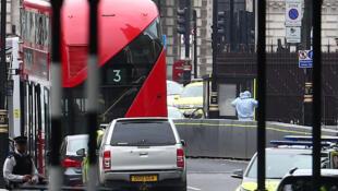 Điều tra viên làm việc tại hiện trường sau khi một chiếc xe lao vào hàng rào Quốc Hội Anh ngày 14/08/2018.
