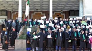 Juges et avocats devant le conseil judiciaire d'Alger lors d'une journée de mobilisation des magistrats en grève, le 29 octobre 2019.