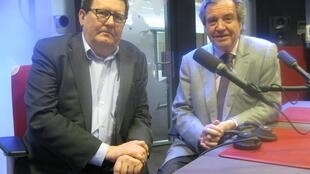 Emilio Ferré y Juan Manuel Bonet en los estudios de Radio Francia Internacional.