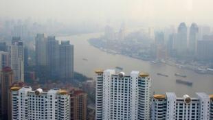 Nuvem de poluição cobre a cidade de Xangai, na China.