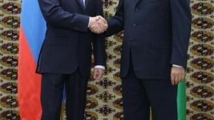 Le président russe, Dmitri Medvedev (à g.), et son homologue turkmène, Berdimuhamedov, à Ashgabat, le 22 décembre 2009.