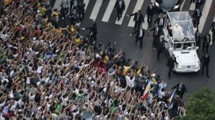 Đức Giáo hoàng Phanxicô được đám đông tín hữu nồng nhiệt chào đón lại Rio de Janeiro, Brazil hôm 22/07/2013.
