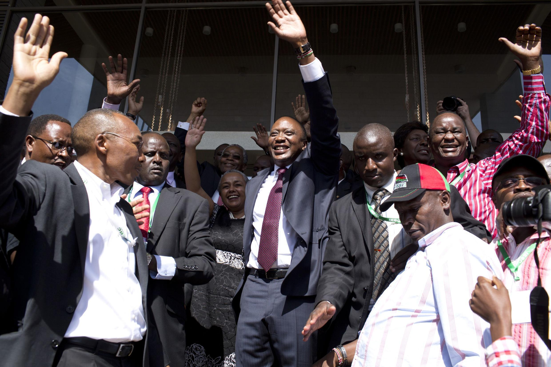 Rais mteule wa Kenya, Uhuru Muigai Kenyatta akisherekea ushindi na wafuasi wake