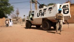 Capacete azul da missão da ONU em Tombuctu, atacada por islamitas, a 15 de abril, assim como base francesa no Malid