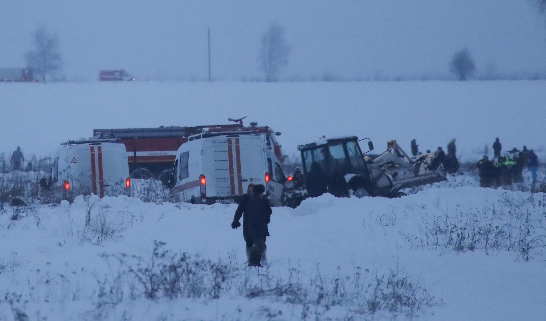 Neve dificulta acesso de socorristas ao local do acidente aéreo, nos arredores de Moscou.